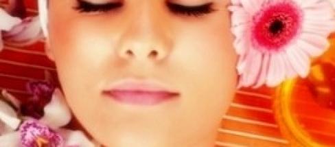 La pelle di faccia diventa coperta da posti rossi e posti
